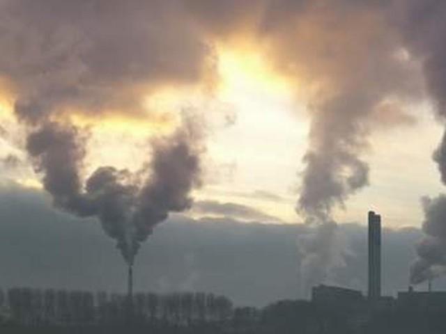 Spalanie śmieci powoduje uwalnianie większej ilości pyłów do atmosfery