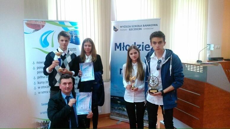 Maciej Marjański i nagrodzona młodzież