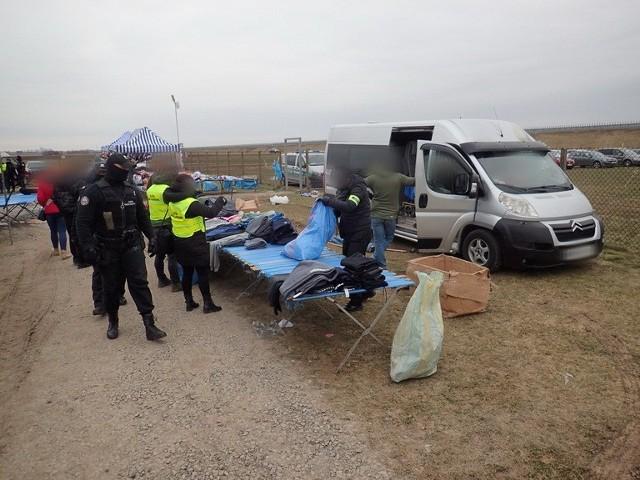 Na terenie Giełdy Wschód w Skołoszowie funkcjonariusze trzech służb znaleźli rekordowe ilości podrabianych towarów, głównie ubrań i butów.