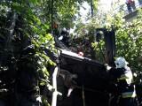 Wiśniowa. Samochód wpadł do rzeki. Żeby wydostać kierowcę strażacy wycinali piłą dach