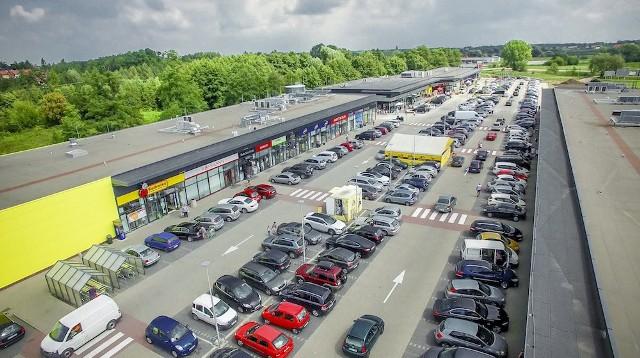Grójeckie Centrum Handlowe Dekada widziane z lotu ptaka. Podpisuje ono umowy z kolejnymi sieciami i sklepami.