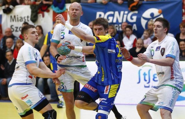 Czasem i trzech zawodników Pogoni musi powstrzymywać jednego gracza mistrzów Polski. Na zdjęciu od lewej: Patryk Walczak, Michal Bruna i Łukasz Gierak. Rzuca Tomasz Rosiński.