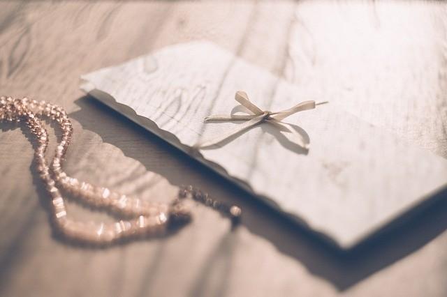 Ile na wesele wypada włożyć do koperty? To pytanie, przed którym staje coraz więcej gości weselnych. Doradzamy, ile daje się do koperty oraz od czego to zależy.