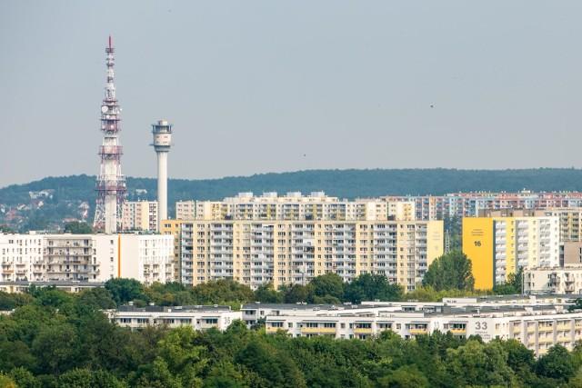 W Polsce jest około 60 tys. budynków z wielkiej płyty w tym około 50 tys. (80 proc.) w technologii płyt trójwarstwowych. [b]Tylko w Poznaniu stoi około 500 takich obiektów, może w nich mieszkać nawet 200 tys. osób.