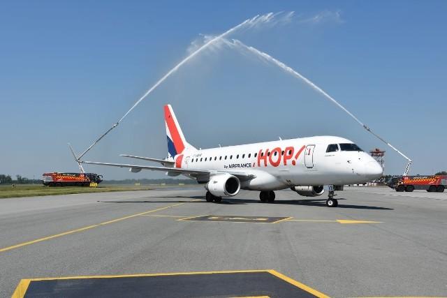 Pierwsi pasażerowie samolotu linii Air France przylecieli do Wrocławia o godz. 11.40. Samolot został przywitany salutem wodnym (to jedna z tradycji lotniczych), na lotnisku były dwa wozy strażackie.