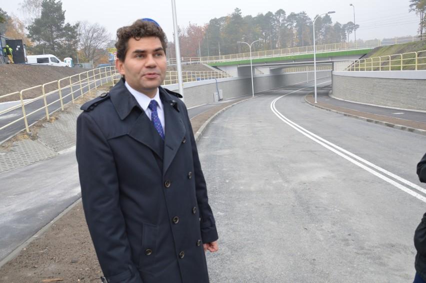 Prezydent Lucjusz Nadbereżny na oddanym do ruchu łączniku z dwoma wiaduktami i rondami