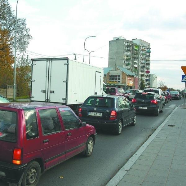 Tuż przed ósmą rano i po południu na skrzyżowaniu ulic Elewatorskiej i Popiełuszki samochodów jest najwięcej. I wtedy tworzą się olbrzymie korki. Kierowcy denerwują się, bo uważają, że już dawno można tu było zbudować sygnalizację świetlną.