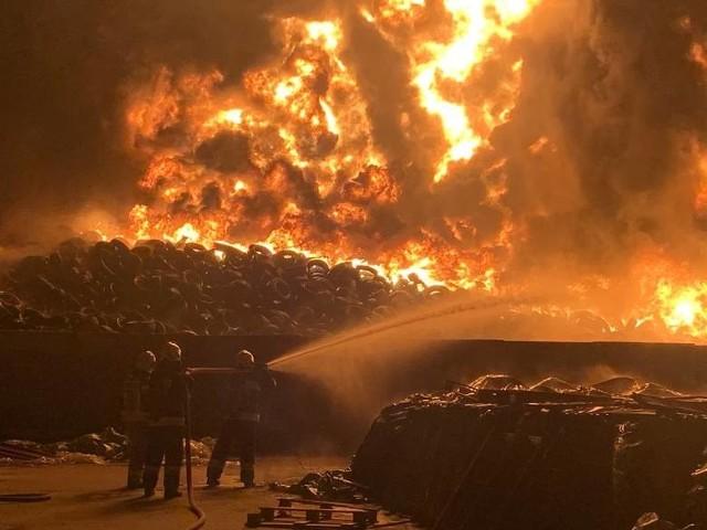 Gigantyczny pożar składowiska opon gasiło 552 strażaków