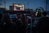Kraków. Kino samochodowe na dachu Galerii Kazimierz. Jak oglądało się film w tak niezwykłym miejscu? [ZDJĘCIA]