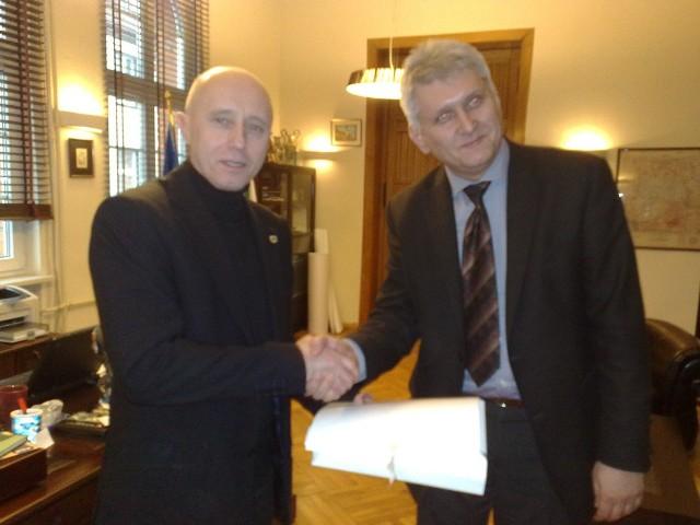 Burmistrz Szczecinka Jerzy Hardie-Douglas (z lewej) i profesor Radosław Gaziński rozmawiają o wydaniu monografii miasta.