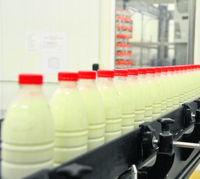 Zaleje nas rzeka mleka Mleczarnie sprzedają swoje towary po coraz niższych cenach, muszą też obniżać ceny mleka swoim dostawcom