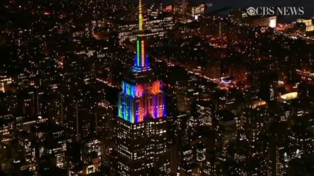 Iluminacja Empire State BuildingNowy Jork, USA. Empire State Building, jeden z architektonicznych symboli Manhattanu, został ozdobiony specjalną iluminacją z okazji meczu o Super Bowl, który odbędzie się 2 stycznia na miejscowym MetLife Stadium.
