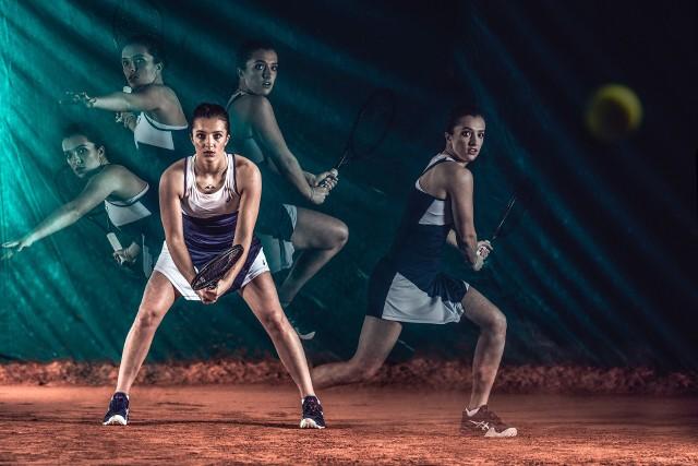 """Nie będziemy się powtarzać i wypisywać po raz kolejny co wygrała Iga Świątek, ile zarobiła i jak wysoko awansuje w rankingu WTA. Po  prostu tak to zostawimy. Jeden ze sponsorów tenisistki urządził jej jakiś czas temu sesję zdjęciową i można powiedzieć, że teraz już wiemy co dodało jej skrzydeł podczas Roland Garros. To oczywiście żart, ale...Uruchom galerię klikając w ikonę """"następne zdjęcie"""", strzałką w prawo na klawiaturze lub gestem na ekranie smartfonu"""