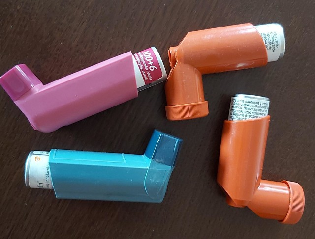 Wiele leków, które łagodzą objawy astmy przyjmuje się w postaci wziewnej za pomocą specjalnego inhalatora