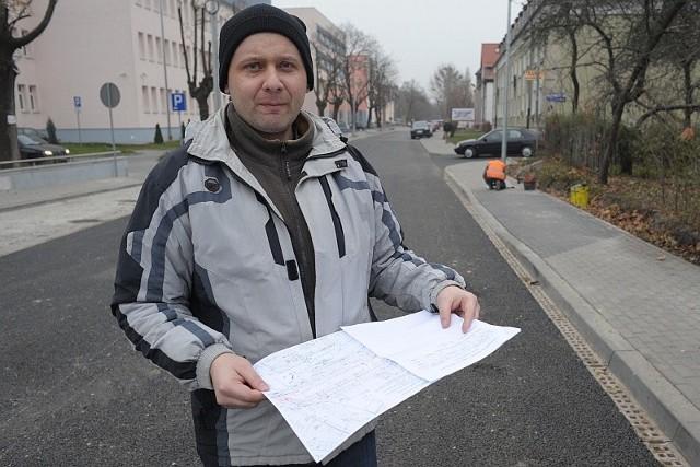 - Stoję na fragmencie ulicy Rejtana, który jest własnością naszej wspólnoty - mówi Jerzy Zwarycz  z ulicy Kolejowej. - Miasto nie potrafi jej od nas odkupić, choć my chcemy ją sprzedać.