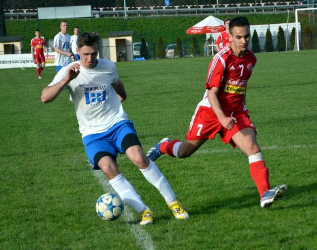 Zespół z Paszkówki (białe koszulki) zagra jednak w V lidze, choć po zakończeniu wiosny został z niej zdegradowany