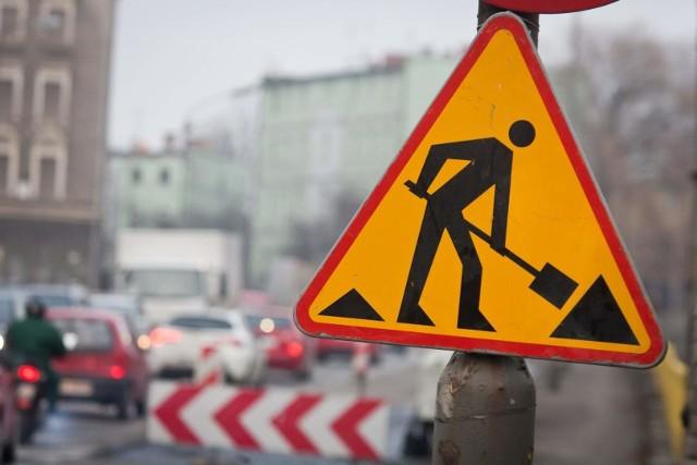 Sezon remontów dróg w pełni. Podajemy listę najważniejszych utrudnień, na jakie kierowcy mogą natknąć się w centrum miasta i jego najbliższych okolicach.GDZIE SĄ NAJWIĘKSZE UTRUDNIENIA W MIEŚCIE? CZYTAJ NA KOLEJNYCH SLAJDACH