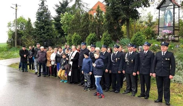 Mieszkańcy Kózek modlili się wraz z dziekanem Marianem Fatygą na majówce przy kapliczce Matki Boskiej.