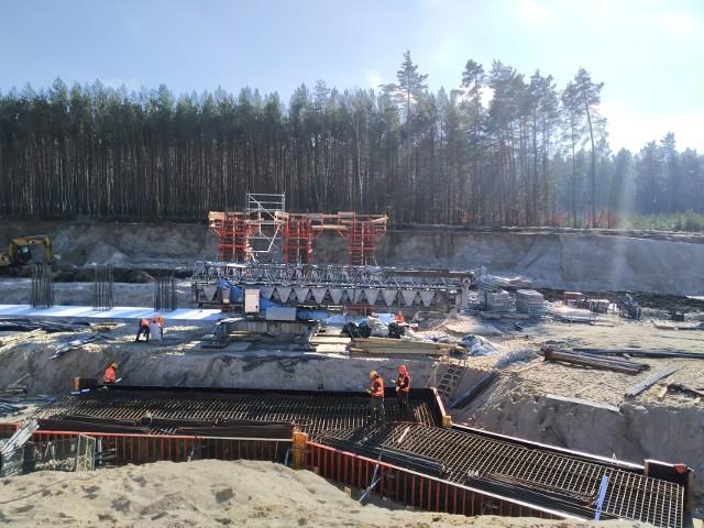 Trwają prace na odcinku Bożepole Wielkie - Luzino. W obu miejscowościach budowane są węzły drogowe. Zgodnie z harmonogramem prace powinny zakończyć się do lipca 2021 roku.