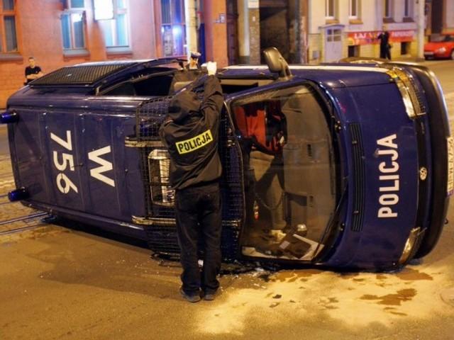 Wypadek radiowozuWypadek radiowozu podczas nocnego pościgu za zlodziejami. Wyglądal groLnie, na szczeście policjanci nie zostali powaznie ranni.
