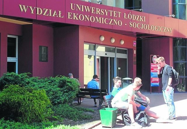 Władze Uniwersytetu Łódzkiego poinformowały studentów oraz kadrę o przedłużeniu zdalnego prowadzenia zajęć.>>> Czytaj więcej na kolejnym slajdzie >>>