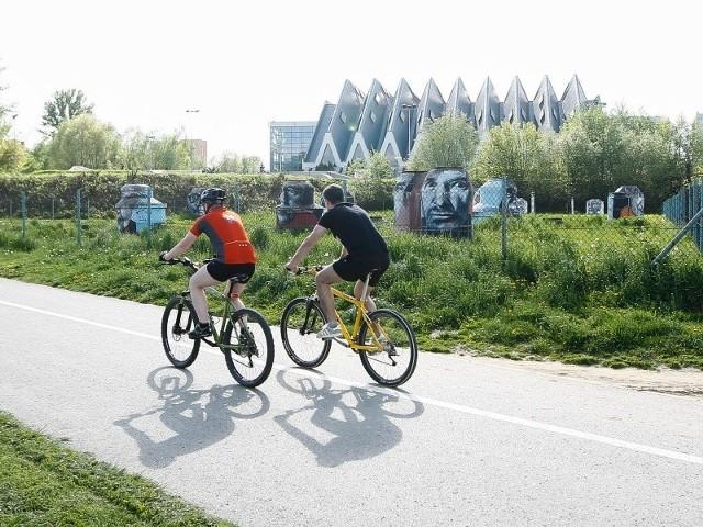 Słońce, coraz wyższe temperatury sprzyjają wycieczkom rowerowym. Wiele osób przesiada się też z samochodu na rower.