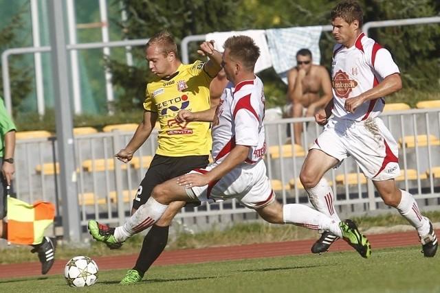 Resovia (żółto-czarne stroje) pokonała Orła Przeworsk 2-0.