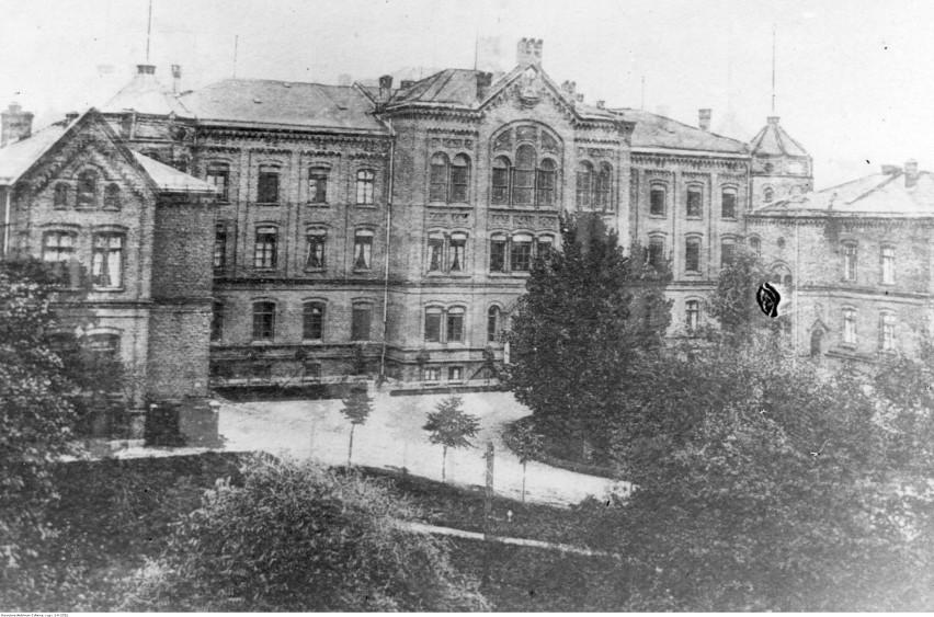 Widok zewnętrzny budynku szkolnego. Data: 1920 - 1939