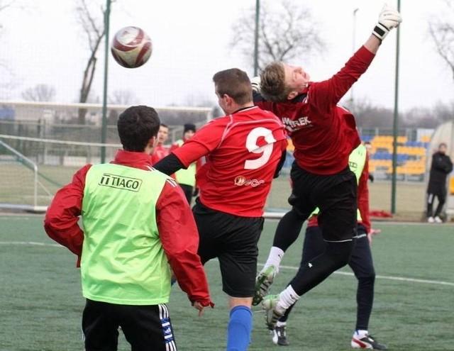 Na piłkarskich boiskach dużo było walki, a trenerzy testowali nowych piłkarzy.