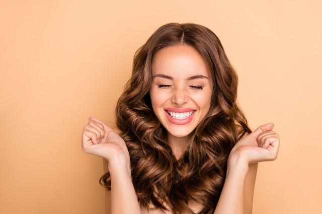 Wiele kobiet poświęca dużo czasu, aby ich włosy zachwycały zdrowym blaskiem, długością i elastycznością. Niestety bardzo często szkodzimy im, sugerując się w codziennej pielęgnacji radami z niesprawdzonych źródeł.