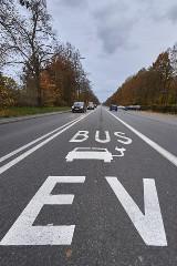 """Pojawiły się piktogramy. Kolejne buspasy dostępne dla tzw. """"elektryków"""""""