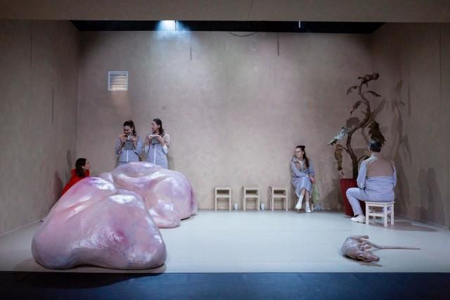 """Scena ze spektaklu """"Głębiej"""" w reżyserii Małgorzaty Wdowik według """"Kobiety Schrödingera"""" Aleksandry Zielińskiej"""