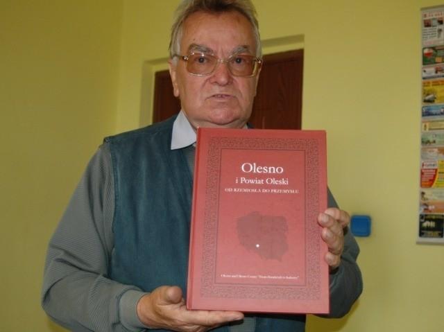 Kierownik oleskiego cechu Zbigniew Michalczyk z pamiątkową książką.
