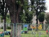 Tragedia w Mysłowicach. Mężczyzna wypadł z trzeciego piętra bloku przy ul. Armii Krajowej. Trwa akcja ratunkowa. Lądował helikopter LPR