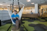 Praca zdalna i hybrydowa. Biura zmieniają się w miejsca twórczych spotkań, zacieśniania więzi i… relaksu. Bo tego oczekują pracownicy