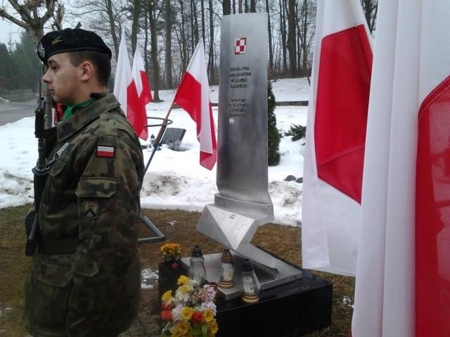 Harcerze pełnią wartę honorową pod pomnikiem upamiętniającym ofiary katastrofy smoleńskiej.