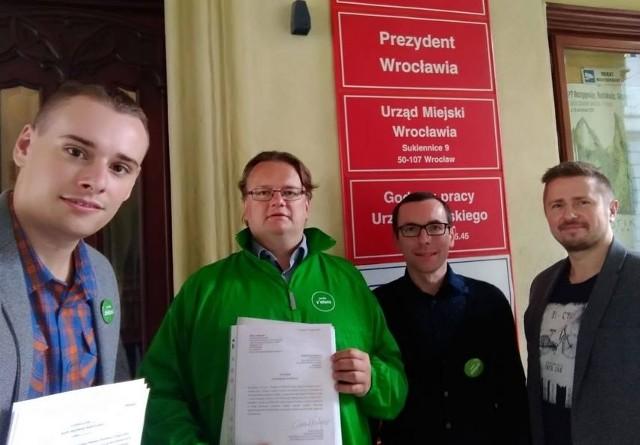 Działacze Zielonych składają projekt uchwały w sprawie podwyżek cen biletów MPK Wrocław.