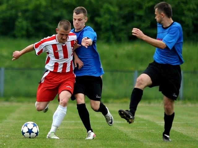Mecz rewanżowy pomiędzy Polonią (niebieskie koszulki), a Orłem odbędzie się 21 maja w Przeworsku.