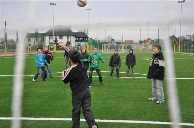 Można tu grać piłkę nożną, siatkówkę, piłkę ręczną, tenis, ale i uprawiać biegi, skoki oraz rzut kulą.