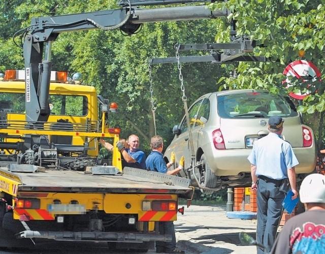 Taki los czeka kierowców, którzy zaparkowali swoje samochody w miejscach niedozwolonych.