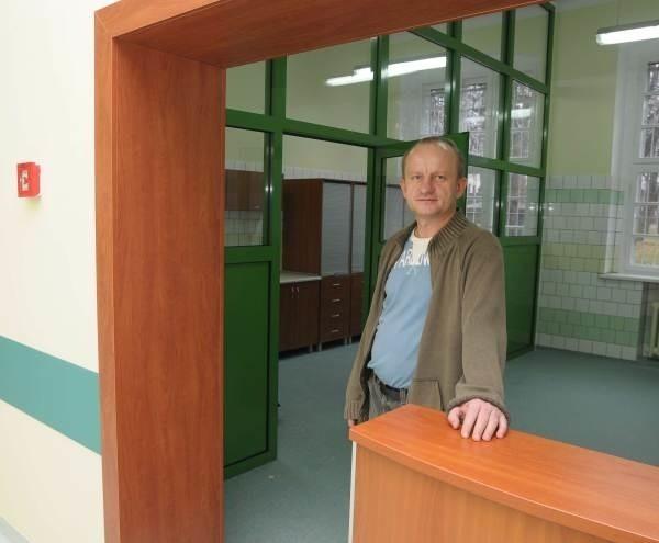 Sale zostały odmalowane, zbudowane nowe sanitariaty i łazienki, na podłogach jest antypoślizgowa wykładzina.