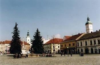 Marianske namesti: z prawej widoczna wieża starego ratusza, z lewej kolumna NMP, a w głębi dzwonnica kościoła Wniebowzięcia Najświętszej Marii Panny Fot. autor