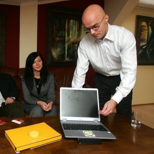 Remigiusz Wałejko pokazuje prototyp Slidepada zamontowany w laptopie. - Będzie umieszczony w tym samym miejscu, gdzie teraz jest miejsce kierowania kursorem - wyjaśnia.