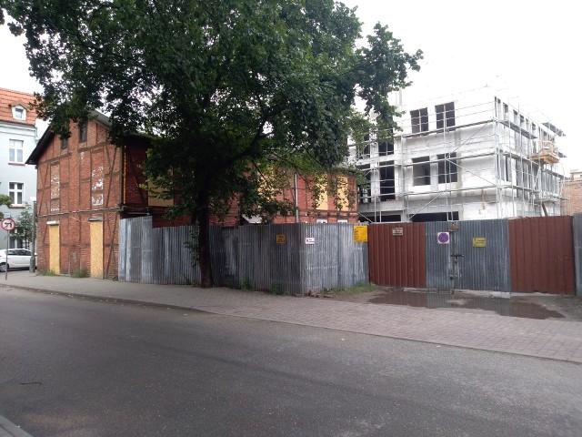 Dom Heleny Grossówny widziany od strony ul. Głowackiego. W tle wznoszony na sąsiedniej działce nowy budynek