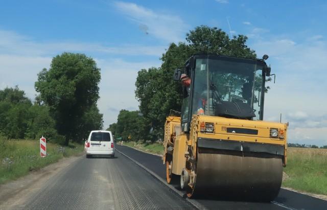 Drogowcy kładą już ostatnią warstwę asfaltu na remontowanej drodze.