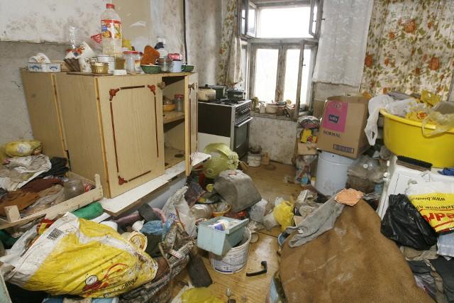 65-latka przestała panować nad swoim życiem. Nad tym, co dzieje się w mieszkaniu, też już nie panuje.