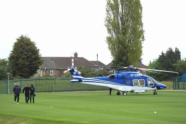 Vichai Srivaddhanaprabha (idzie w środku) podróżował zwykle helikopterem po meczach swojej drużyny
