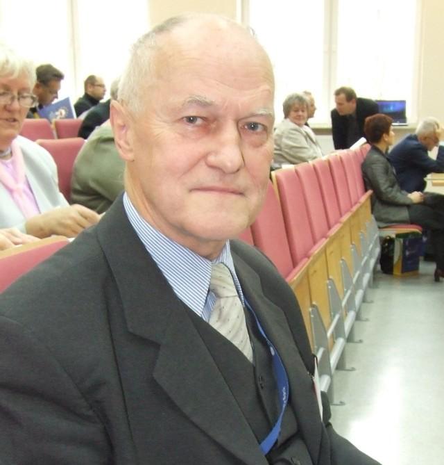 HENRYK KURZYDŁO, ma 62 lata, doktor nauk technicznych, zajmuje się planowaniem i strategią regionalną. Wykłada w Wyższej Szkole Menadżerskiej w Legnicy. Żonaty, ma dwoje dzieci i wnuka.