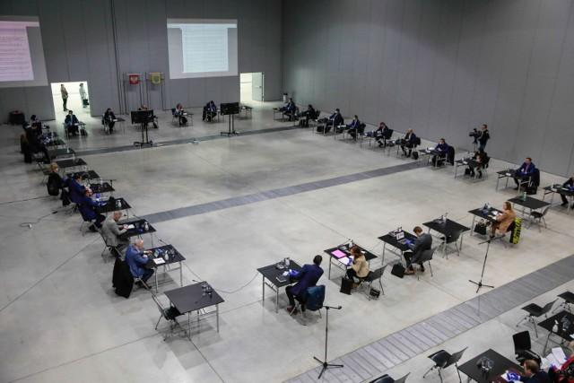 Z powodu epidemii sesje odbywały się w Centrum Wystawienniczo-Kongresowym. Obecnie prowadzone są zdalnie