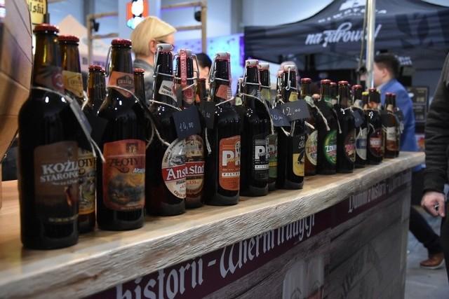"""Blisko 600 piw można spróbować na 6. Targach Piw i Browarnictwa """"Piwowary"""" , które rozpoczęły  się w piątek (8 marca) w Łodzi. W hali Expo-Łódź przy al. Politechniki zgromadziło się 56 wystawców, w większości producentów piwa (32 browary) i - w mniejszej liczbie - cydru, miodów pitnych  oraz akcesoriów do domowego  warzenia. Targi można odwiedzać także w sobotę, 9 marca, w godz. 13-24. Zobacz na kolejnych zdjęciach, czy warto się wybrać"""
